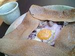 タマゴ、ハム、チーズ、シャンピニオンの伝統的なガレット