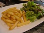 パスタにセットのフレンチフライ&サラダ