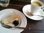 ハーフサイズのチーズケーキとコーヒー