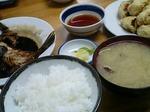 ご飯、アサリ汁、漬物が定食セット